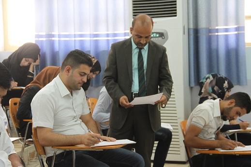 السيد عميد كلية القانون يتفقد سير الامتحانات